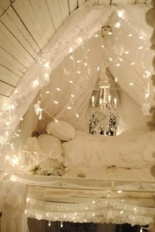 Courtesy of Shelterness http://www.shelterness.com/15-ideas-to-hang-christmas-lights-in-a-bedroom/